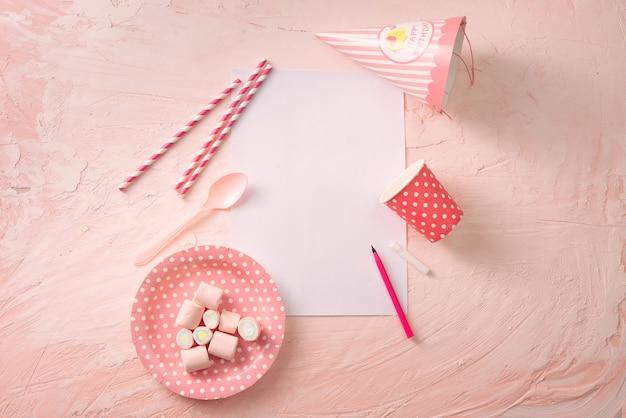과자, 색종이 및 빈 페이지가있는 파티 관리 및 조직 개념