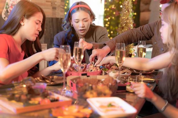 아름다운 아시아 친구 여성과 남성이 테이블에 피자를 제공하는 축하 파티