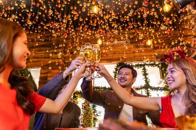 幸せの友人のクリスマスイブを祝う友人の女性と男性のパーティーはディナーパーティーを祝います