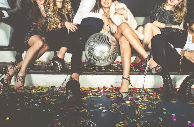 クラブで祝うパーティーの人々