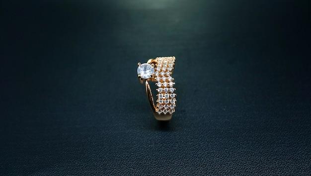 Кольцо для вечеринок с гравировкой сверкающих бриллиантов