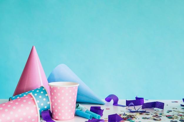 Партийные принадлежности и конфетти