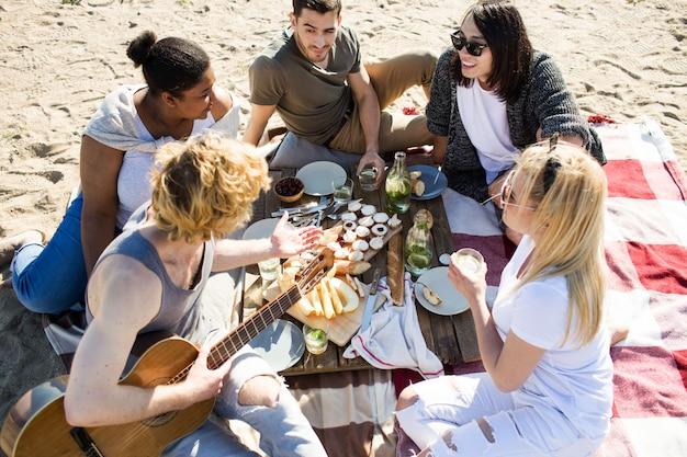 해변에서 친구와 함께 파티