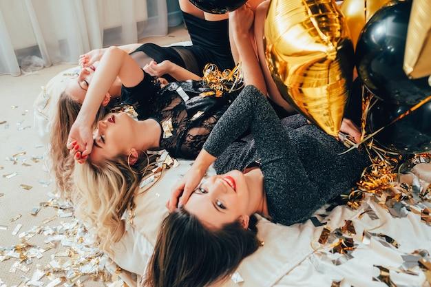 거꾸로 파티 여자. 구호와 이완. 여성은 침대에 누워. 눈을 감다. 반짝이 색종이, 풍선.