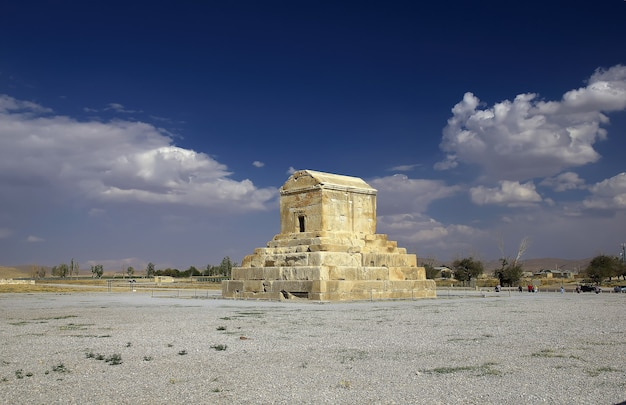 Могила пасаргады и некрополь иран