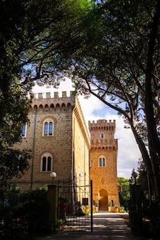 파스키니 성은 투스카니의 카스틸리온첼로에 위치한 중세 스타일의 성입니다. 이탈리아, 리보르노