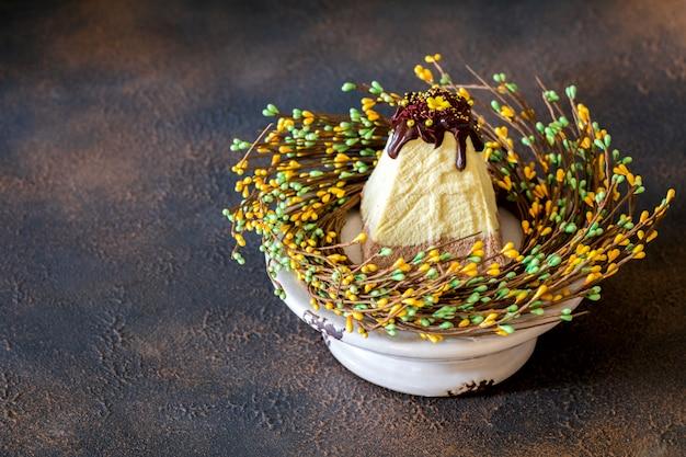 Пасха и кулич, традиционный русский православный пасхальный кварк десертный творог.