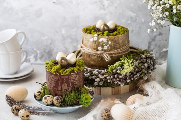 ロシアのイースターpaskha、砂糖漬けの果物とテーブルの上のイースターエッグと伝統的な豆腐イースターケーキ