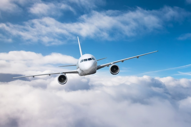 Пассажирский самолет поднимается на высоту и низко летит пасмурно.