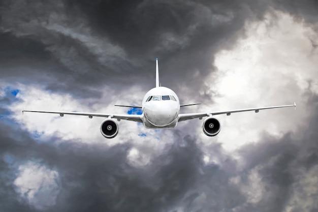 Пассажирский самолет пролетает через зону турбулентности сквозь молнии грозовых облаков в непогоду.