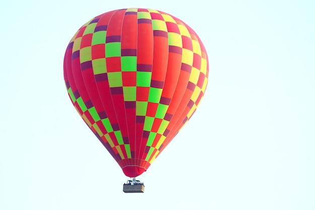 Пассажирский воздушный шар летит в небе каппадокии. воздушный транспорт для развлечений