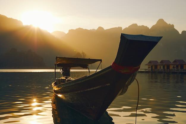 Пассажирский катер на озере чео лан в национальном парке хао сок таиланд открытка плакат обои