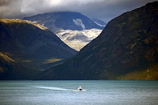 スカンジナビアの高地の湖を航行する客船