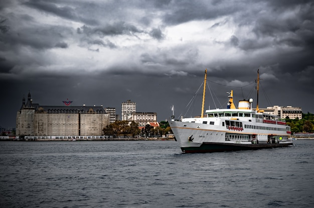 曇り空の海での旅客フェリー