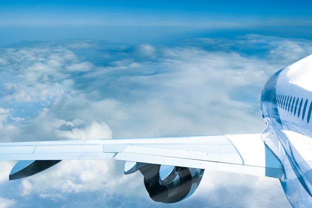 여객기 비행기 구름 위를 날아