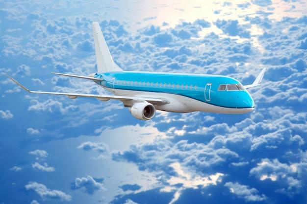 Пассажирский реактивный самолет, летящий в вечернем небе на закате. коммерческая авиакомпания