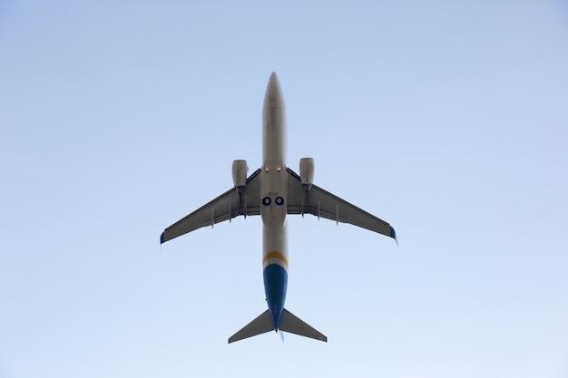Пассажирский реактивный самолет, летящий в небе