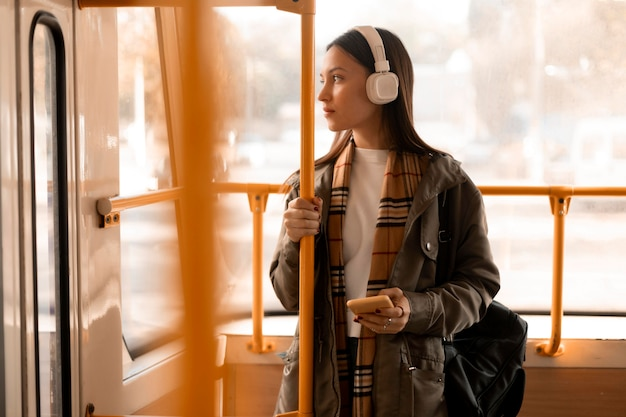 트램에서 음악을 듣는 승객