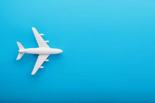 파란색 배경에 여객 모델 비행기