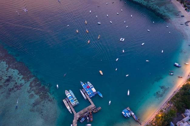 ピピ島クラビタイのハイシーズンの乗客駐車場夕暮れ時の空中上面図