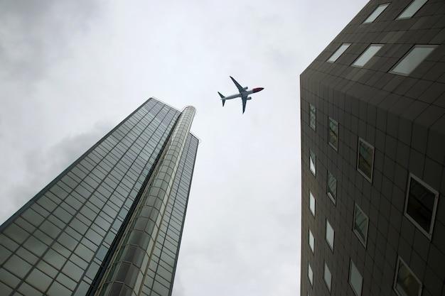 여객기는 고층 빌딩 위로 날아