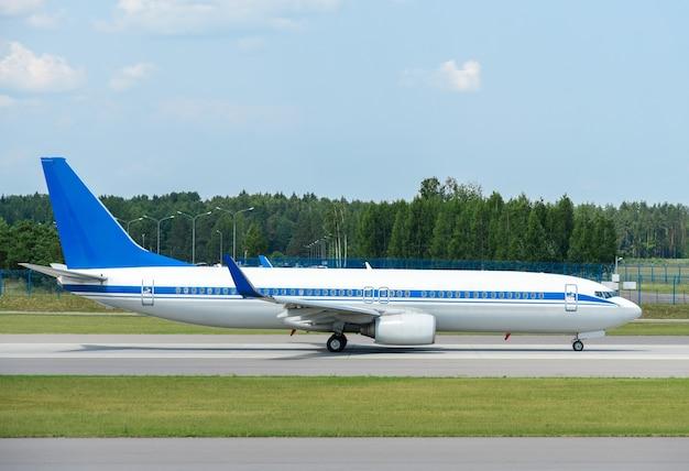 空港の滑走路にある旅客機、側面図。