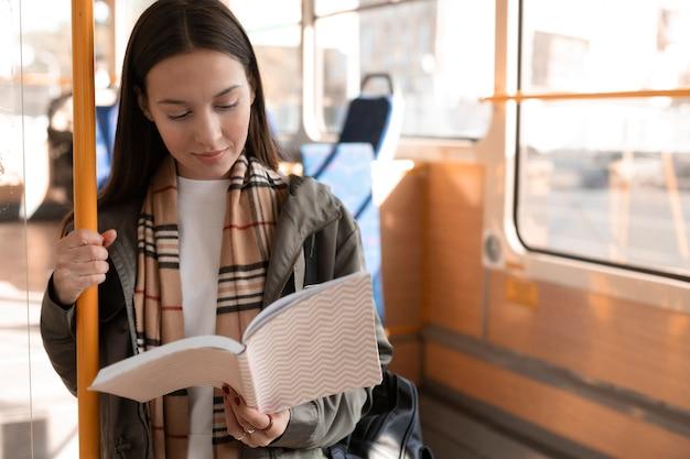 트램으로 독서 및 여행하는 승객