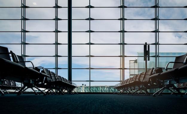 공항 터미널에서 출발 라운지의 승객 좌석. 공항 터미널의 내부