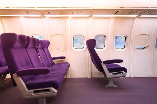 航空機の助手席。飛行機の内部から見た飛行機の座席