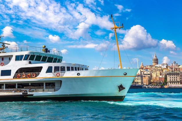 Пассажирское судно и галатская башня и залив золотой рог в стамбуле, турция