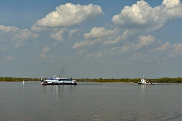 Пассажирское судно плывет по реке