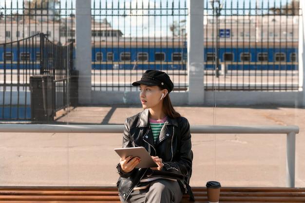 駅のベンチに座っている乗客