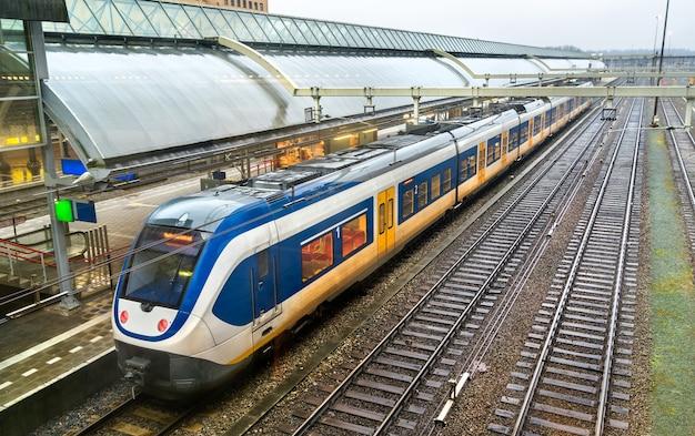 네덜란드 amersfoort 기차역에서 여객 열차