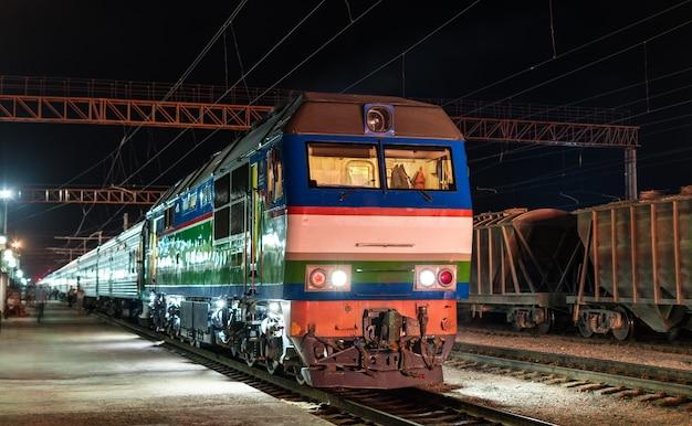ウズベキスタンのナボイ駅での旅客列車。中央アジア