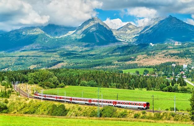 Пассажирский поезд в высоких татрах - словакия, центральная европа