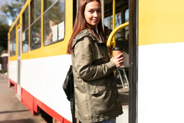 Passeggero che viaggia per la città in tram