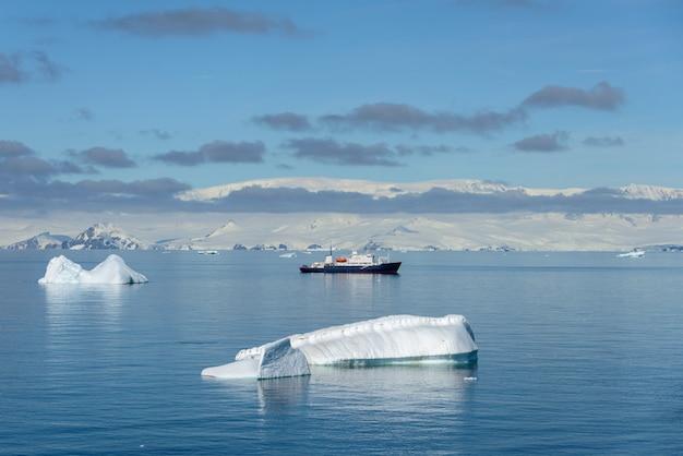 남극 대륙의 여객선