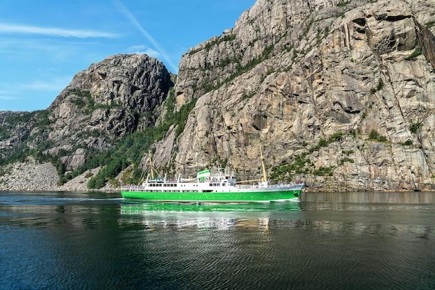 Пассажирское судно в горах люсе-фьорд