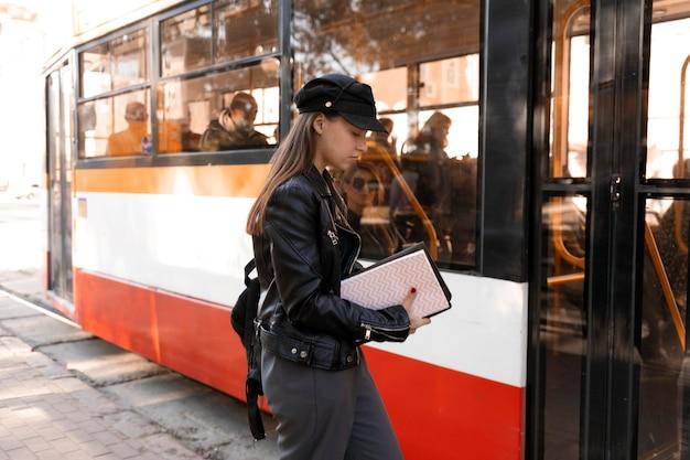 Пассажир ждет на станции трамвая