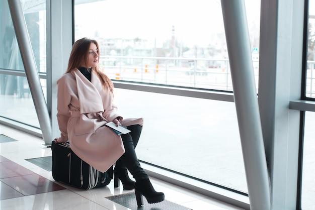 항공 여행을 기다리는 공항에서 승객 여자.