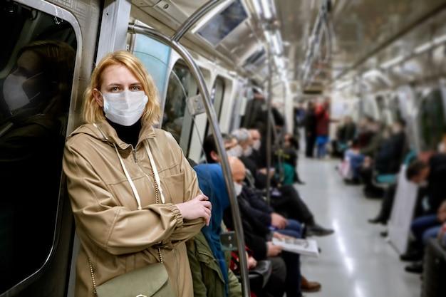 대유행 중 안면 보호 마스크를 착용 한 자동차 지하철 승객 실 내부 승객