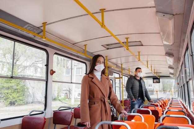 코로나 바이러스 전염병 동안 대중 교통을 이용하는 승객은 서로 거리를 유지합니다. 보호 및 예방 covid 19.
