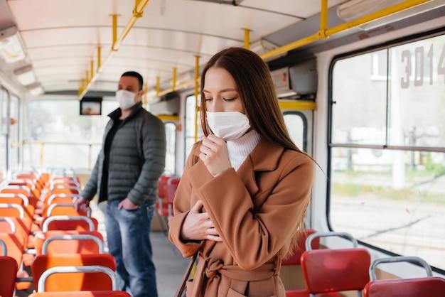 Пассажиры общественного транспорта во время пандемии коронавируса держатся на расстоянии друг от друга. защита и профилактика covid 19.