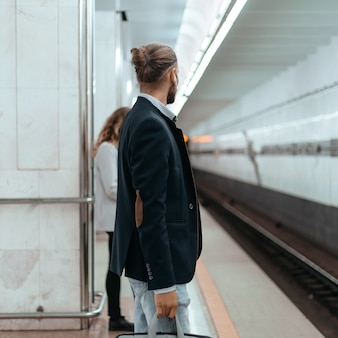 地下鉄のホームに立っている乗客。コピースペース付きの写真。