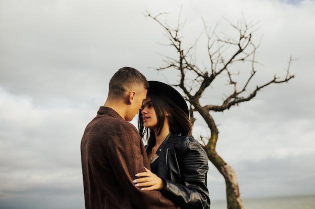 사랑에 열정 아름 다운 커플 포옹 하 고 사랑으로 서로보고.