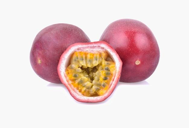열정 과일 흰색 배경에 고립