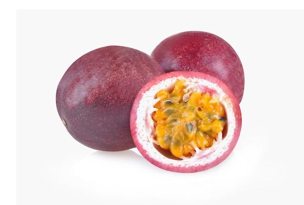 흰색 배경에 고립 된 열정 과일