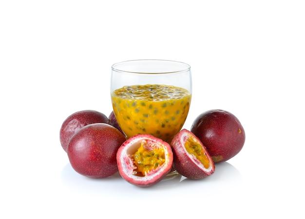 白い壁にパッションフルーツジュース