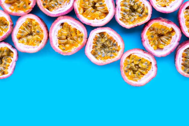 青の背景にパッション フルーツ。上面図
