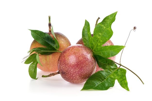 パッションフルーツまたはpassifloraedulisフルーツと白い背景で隔離の緑の葉。